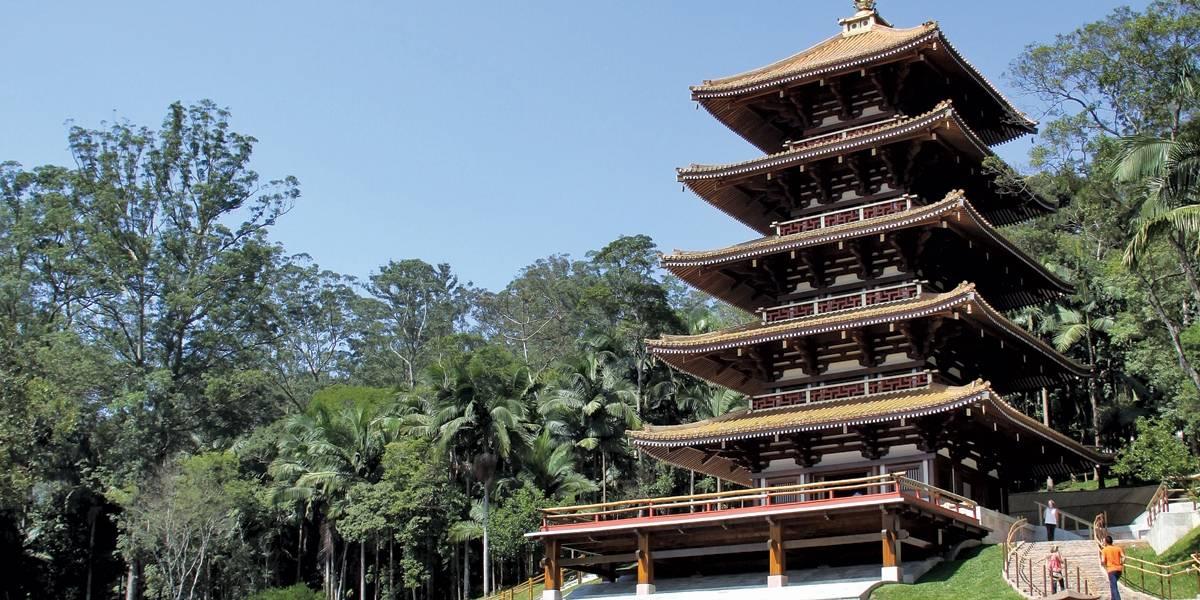 Réplica de torre japonesa em homenagem à Kannon é erguida na Grande São Paulo