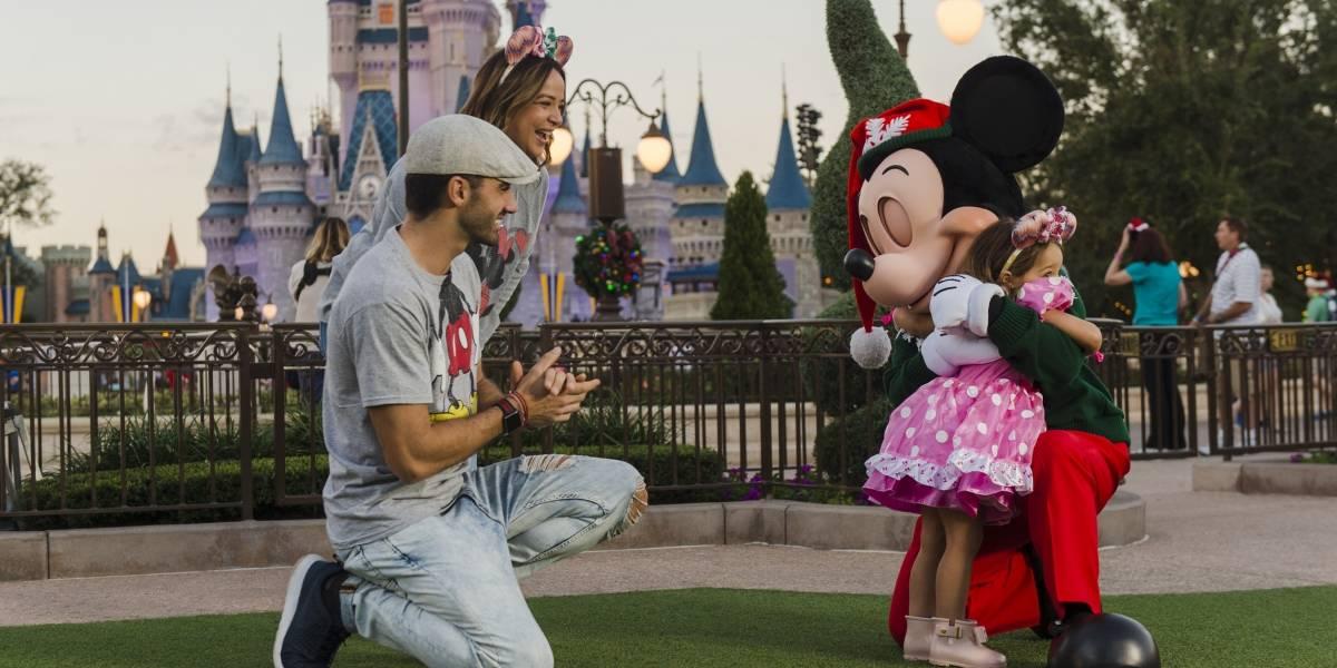 Alaïa esparce ternura con abrazo a Mickey Mouse