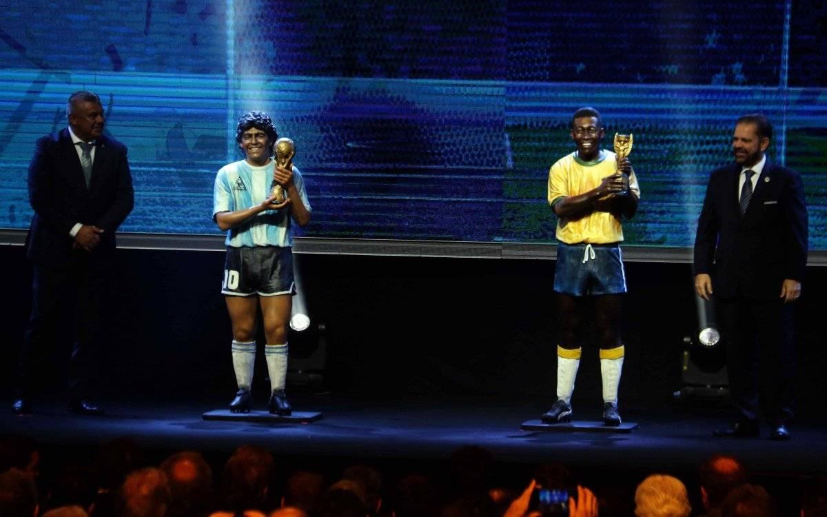 Conmebol homenajea a Maradona y Pelé con estatuas de los dos astros del fútbol