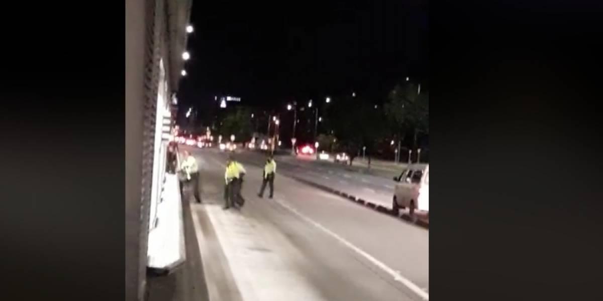 Video: Policías pararon el tráfico todo por colarse en un TransMilenio