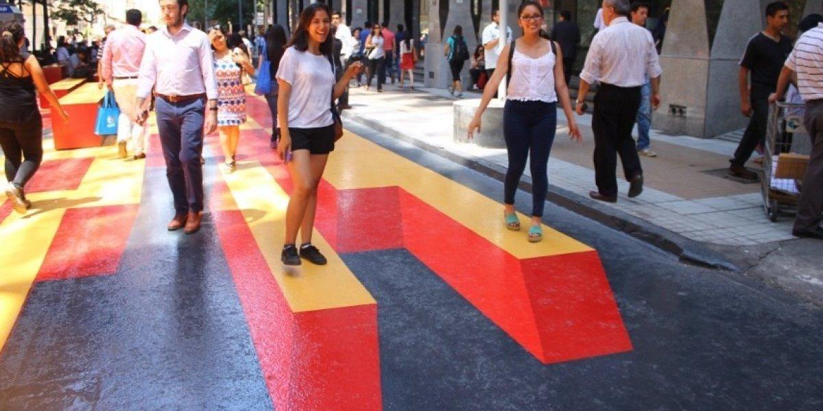 """Paseo Bandera renovado: santiaguinos enloquecieron con bicis para cargar celulares y pasillo con efecto """"3D"""""""