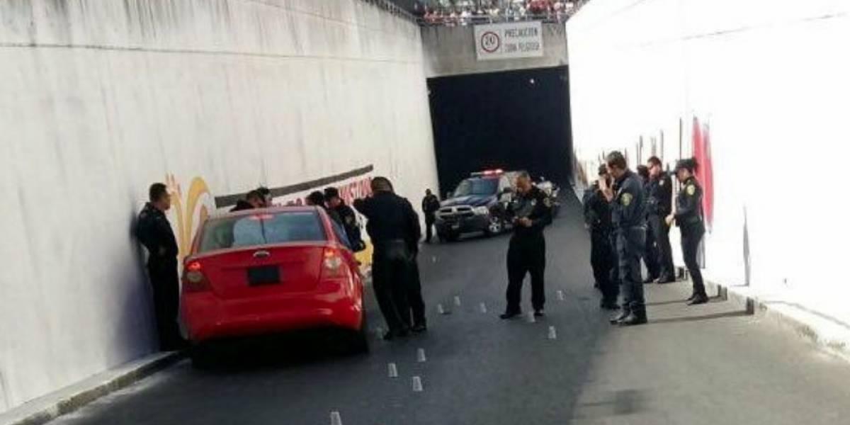 Asesinan a hombre al interior de vehículo en avenida Oceanía, en CDMX