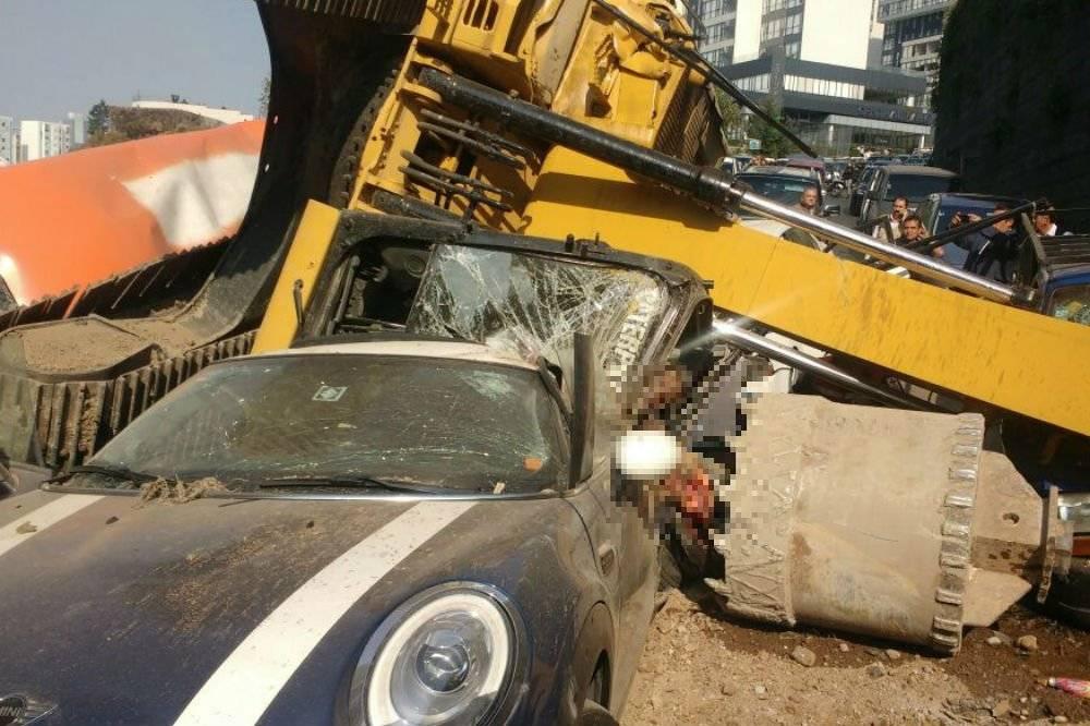 Retroexcavadora cae sobre 4 autos en Interlomas