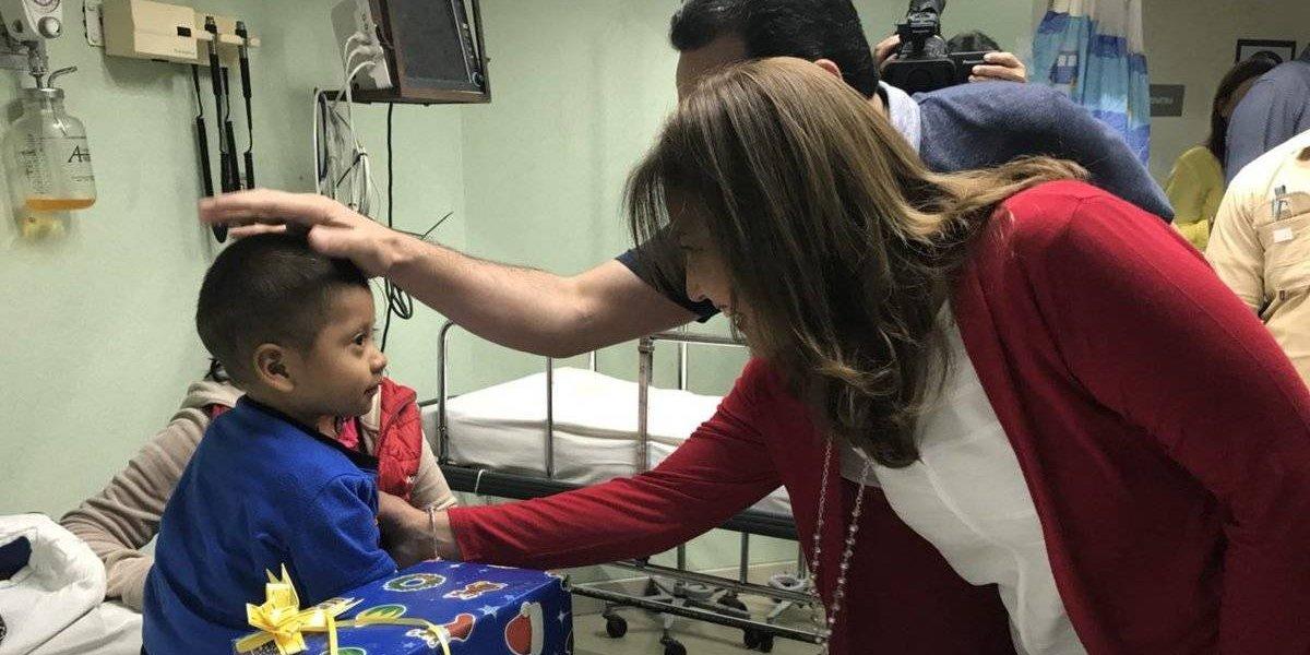 Presidente y Primera Dama visitan a niños internados en el hospital Roosevelt