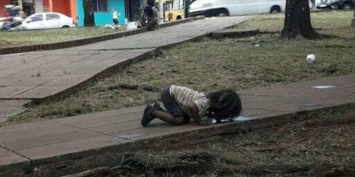 'Onde está a humanidade?': foto de menina bebendo água de poça comove as redes sociais