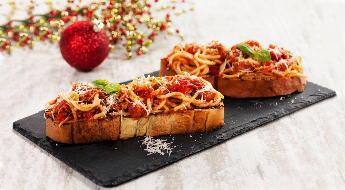 Montaditos de espaguetis navideños