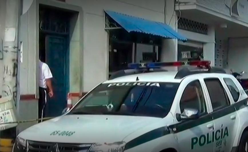 Adolescente acusado de terrorismo atacó a su madre y a un policía en plena audiencia