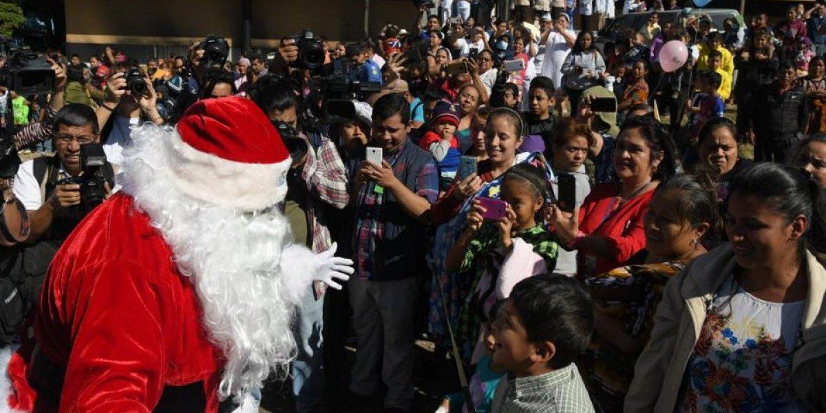 Santa Claus lleva alegría y regalos a niños en el hospital San Juan de Dios