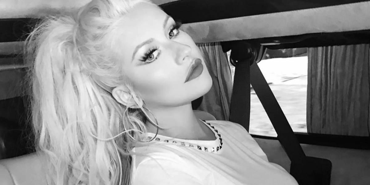 Sexy descuido pone al descubierto seno de Christina Aguilera