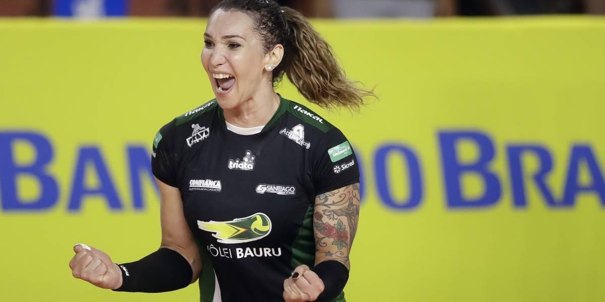 Jugadora transgénero debutó con equipo de voleibol