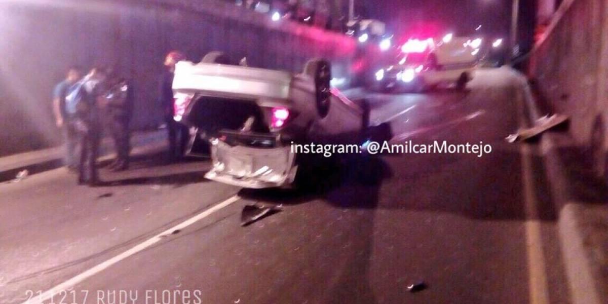 Dos heridos tras volcar vehículo en viaducto de zona 18