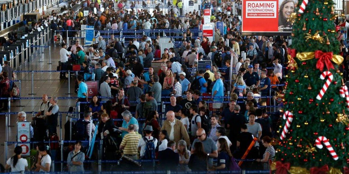 """¿Aeropuerto de Santiago con """"exceso de equipaje""""? Advierten de eventual """"colapso"""" en verano"""