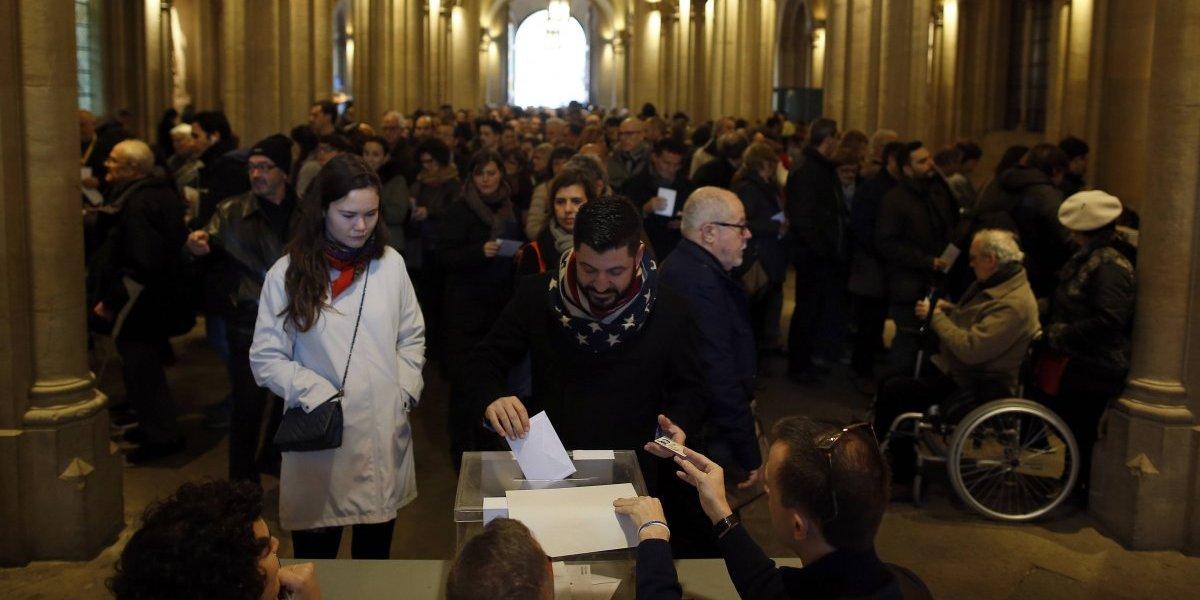 Abren urnas en crucial votación regional en Cataluña