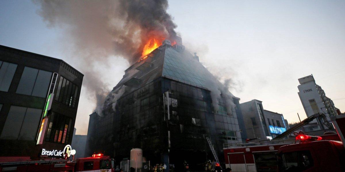 Mueren 28 tras incendio en edificio de Corea del Sur