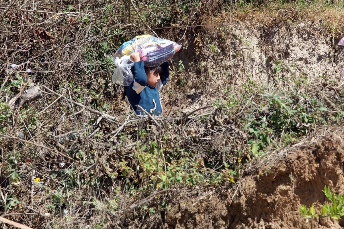 Esta niña regresa a casa cargando su regalo.