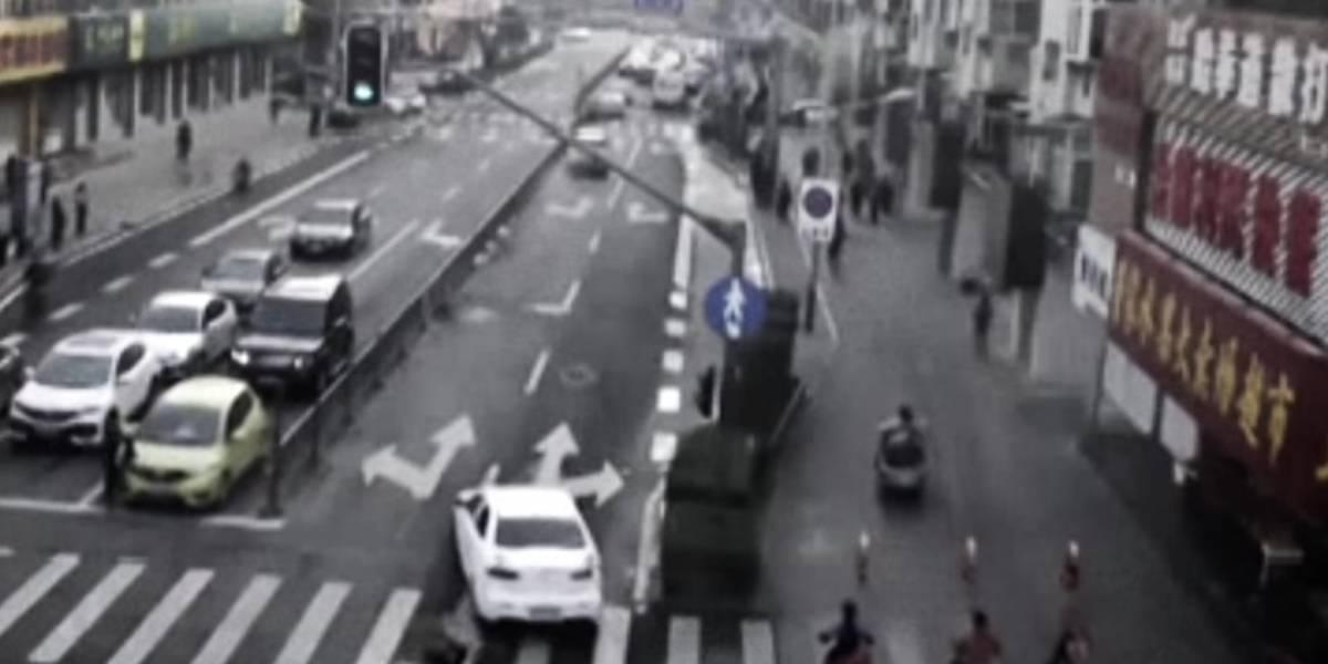 Peatones levantan un auto para salvar a niño atrapado bajo las ruedas