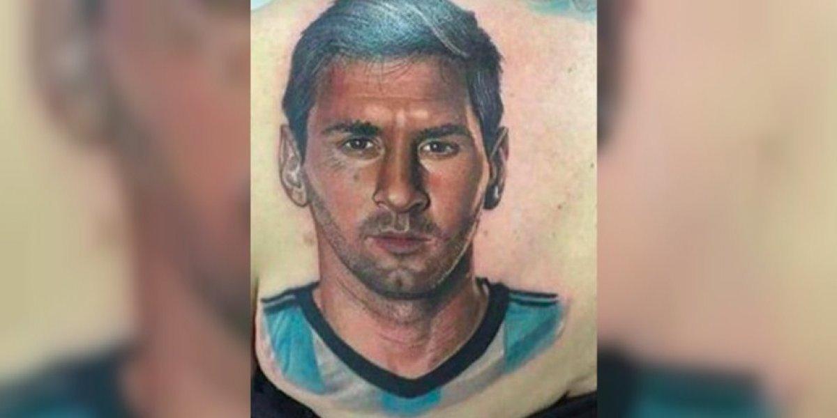 FOTO: Señora de 54 años se tatúa en la espalda el rostro de Messi