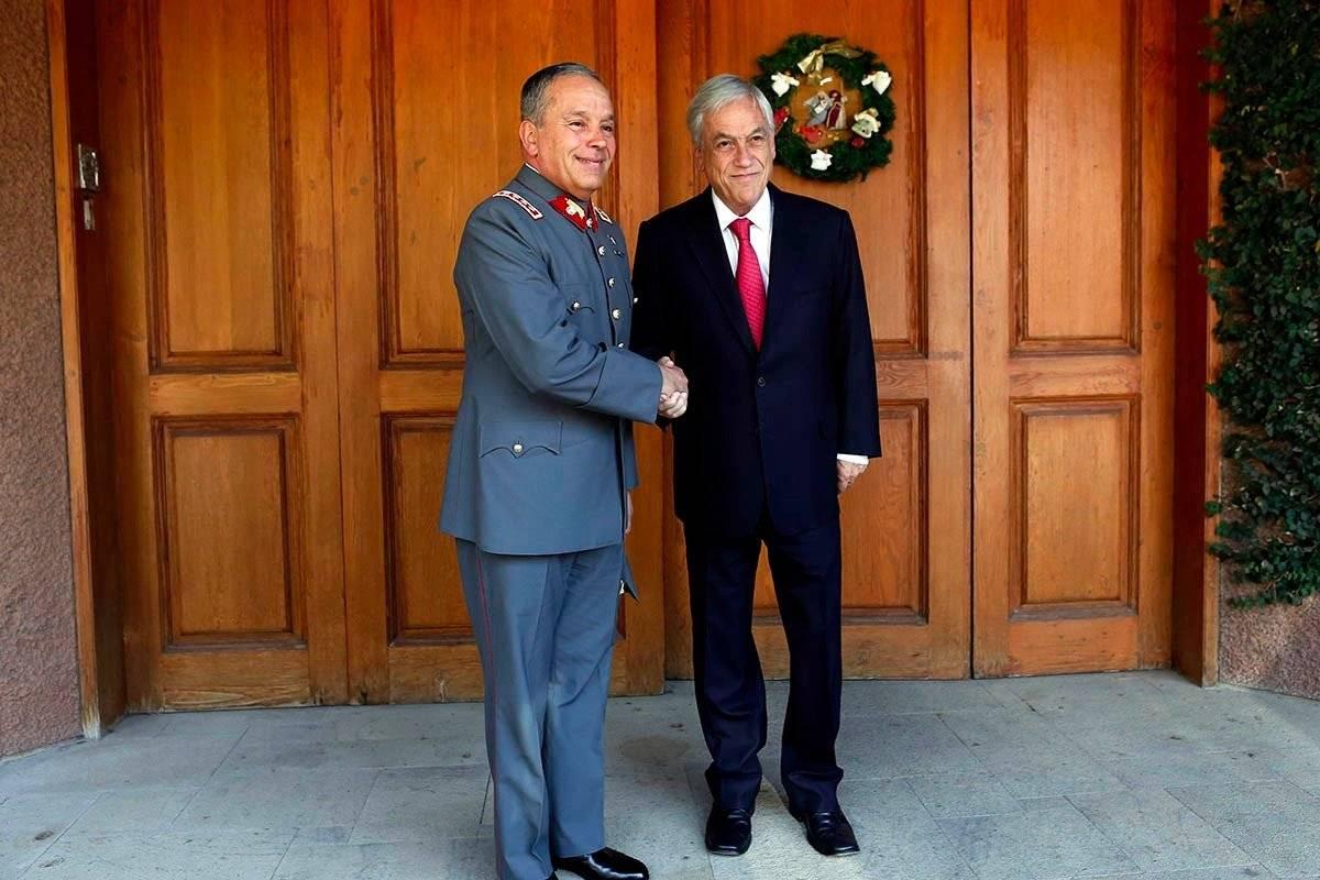 El Presidente junto al comandante en jefe del Ejército, Ricardo Martínez. gentileza
