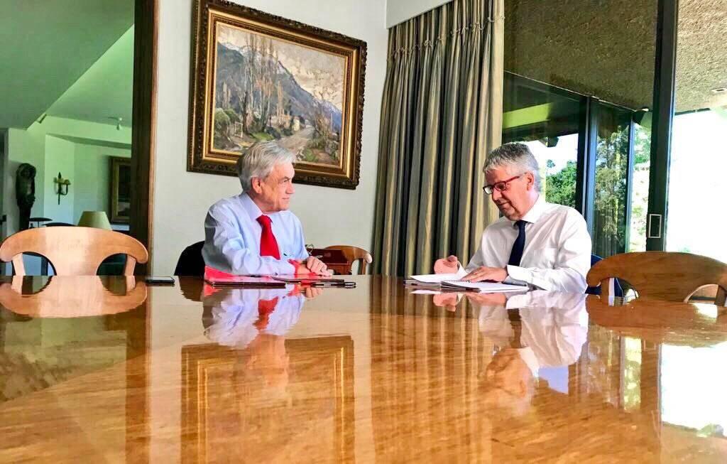 El mandatario sostuvo una reunión de trabajo con el ministro de Hacienda, Nicolás Eyzaguirre. gentileza