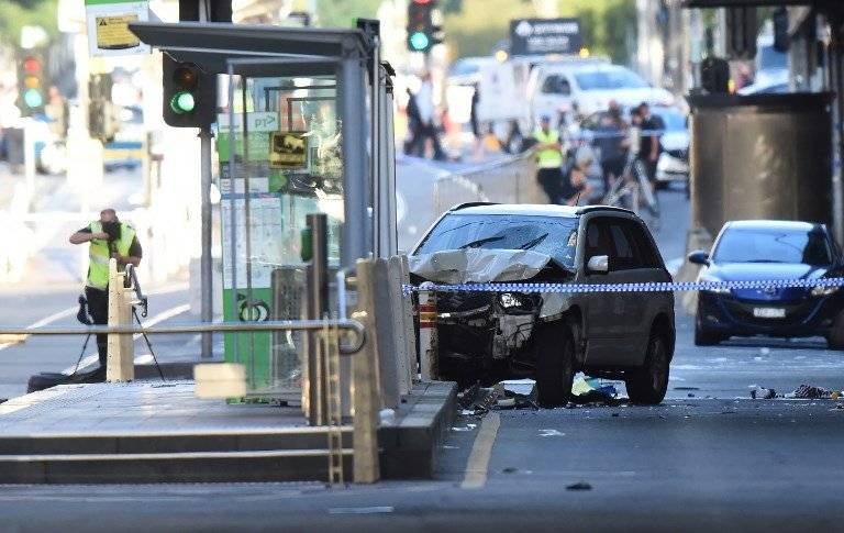 Vehículo atropella a personas en Melbourne