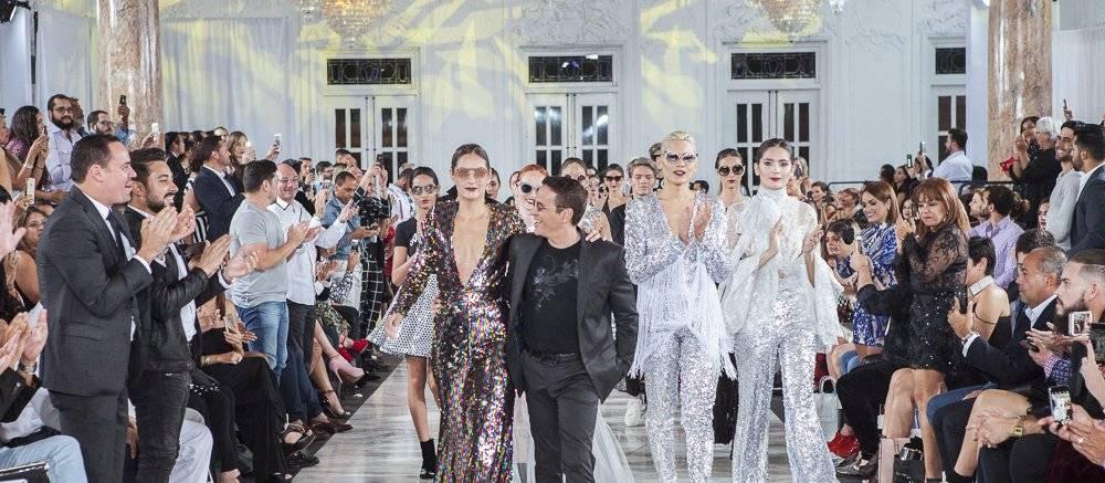 El diseñador Luis Antonio (centro), durante el cierre de la presentación de su nueva colección Metallico. / Foto: suministrada