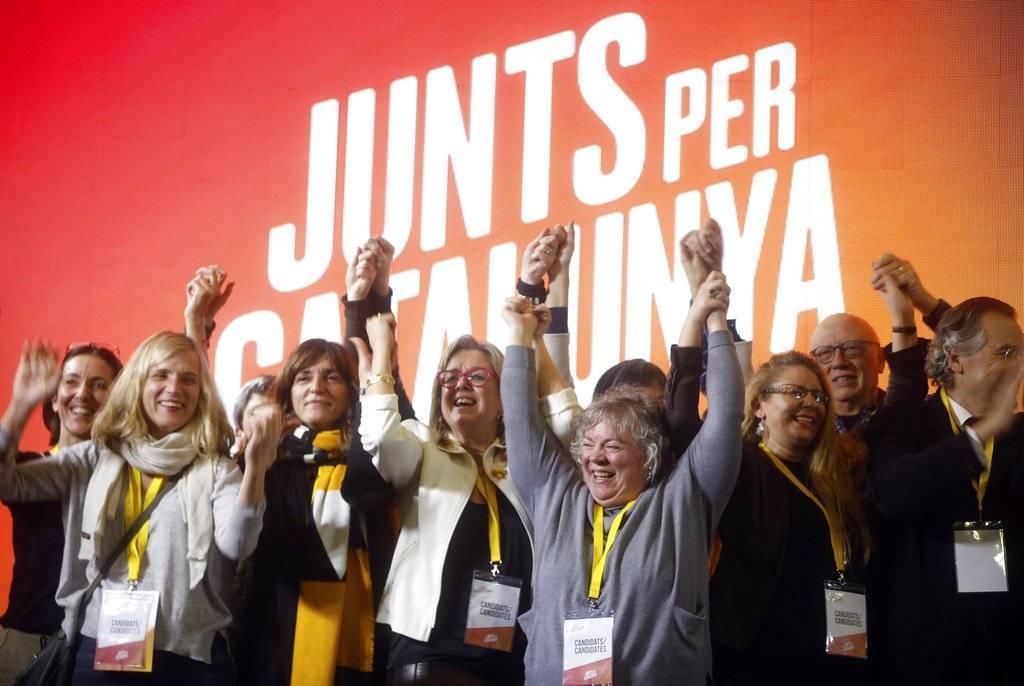 Varias personas en la sede del partido Junts Per Catalunya (Juntos por Cataluña) festejan los resultados de las elecciones regionales catalanas en Barcelona, España, el jueves 21 de diciembre de 2017. (Foto: AP/Santi Palacios)