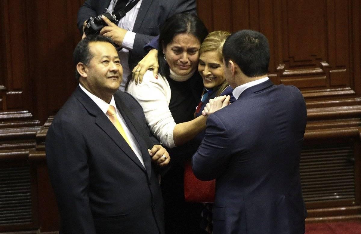 Legisladores celebran después de votar en contra del juicio político al presidente peruano Pedro Pablo Kuczynski en Lima, el jueves 21 de diciembre de 2017. (AP Foto / Martín Mejía)