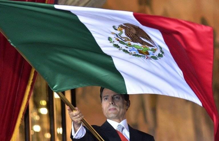 Enrique Peña Nieto con la bandera de México