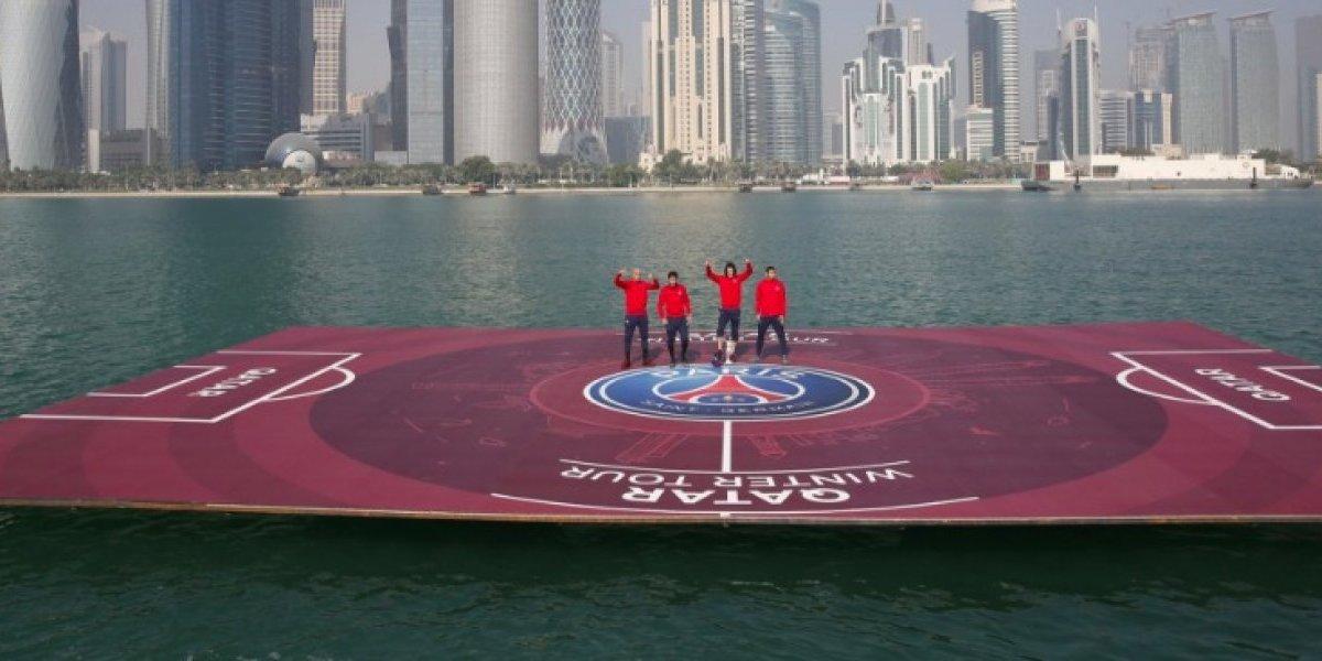 Estrellas del PSG juegan en una cancha flotante en Catar