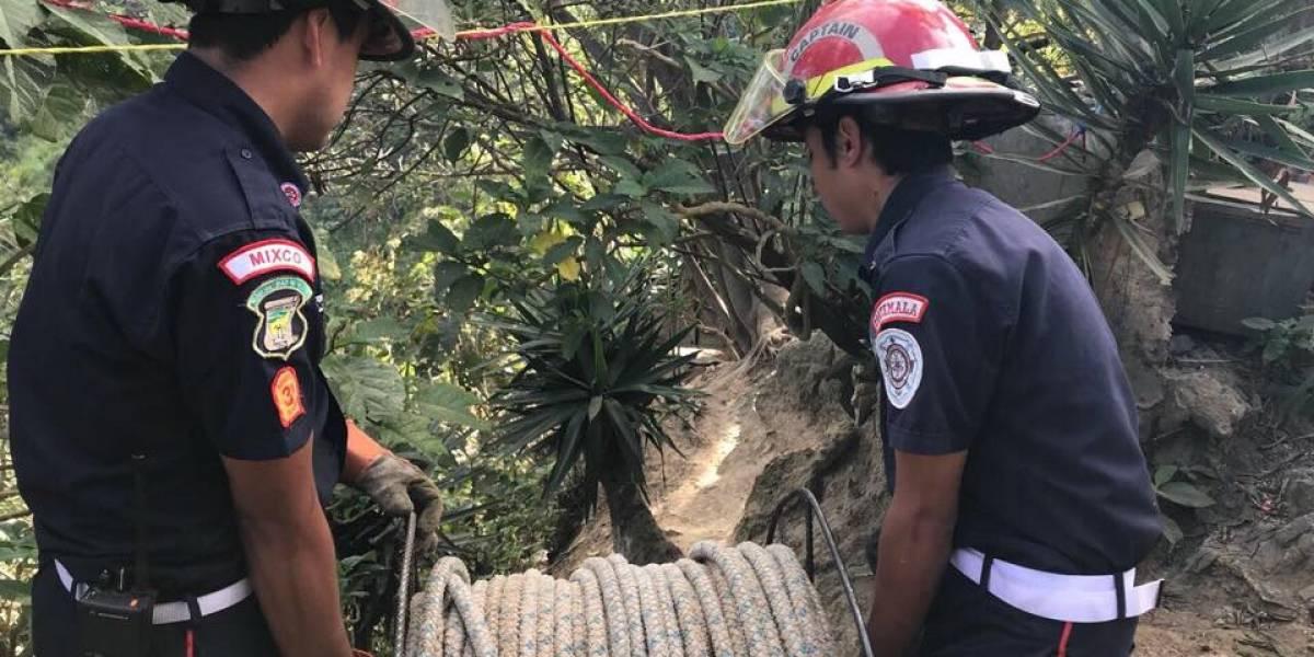 Rescatan con vida a mujer que cayó a barranco en Mixco