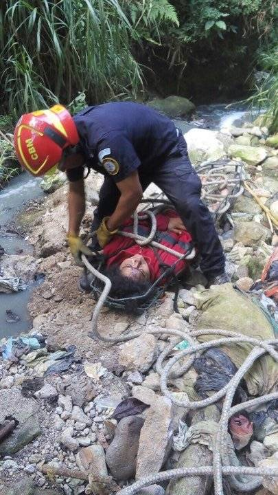 mujer cae a barranco en Mixco