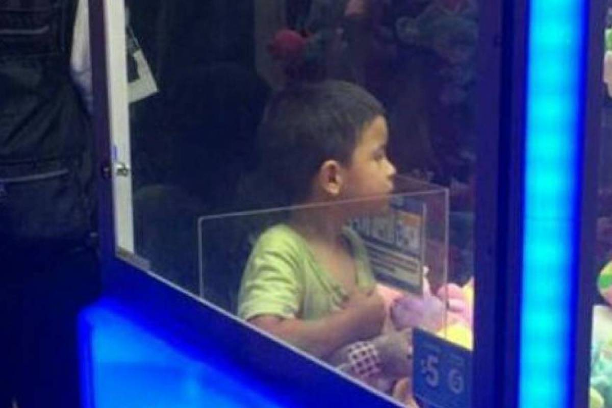 Video Niño Se Queda Atrapado Dentro De Máquina De Peluches