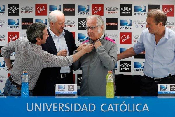 Nacho Prieto con la indumentaria de la UC en su presentación formal como nuevo asesor deportivo del fútbol formativo / Foto: Photosport