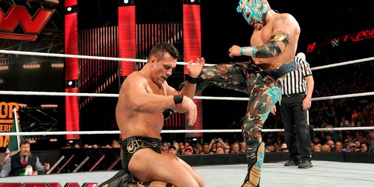 VIDEO: Kalisto recibe botellazo en plena lucha de WWE