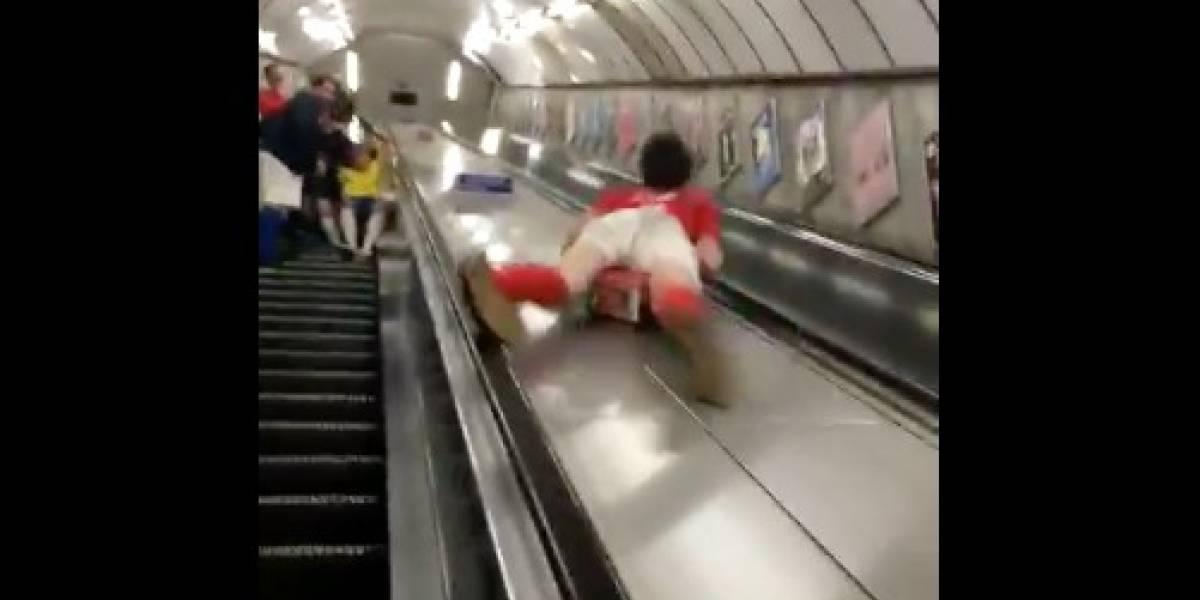 Se desliza por escalera mecánica y terminó con el peor dolor