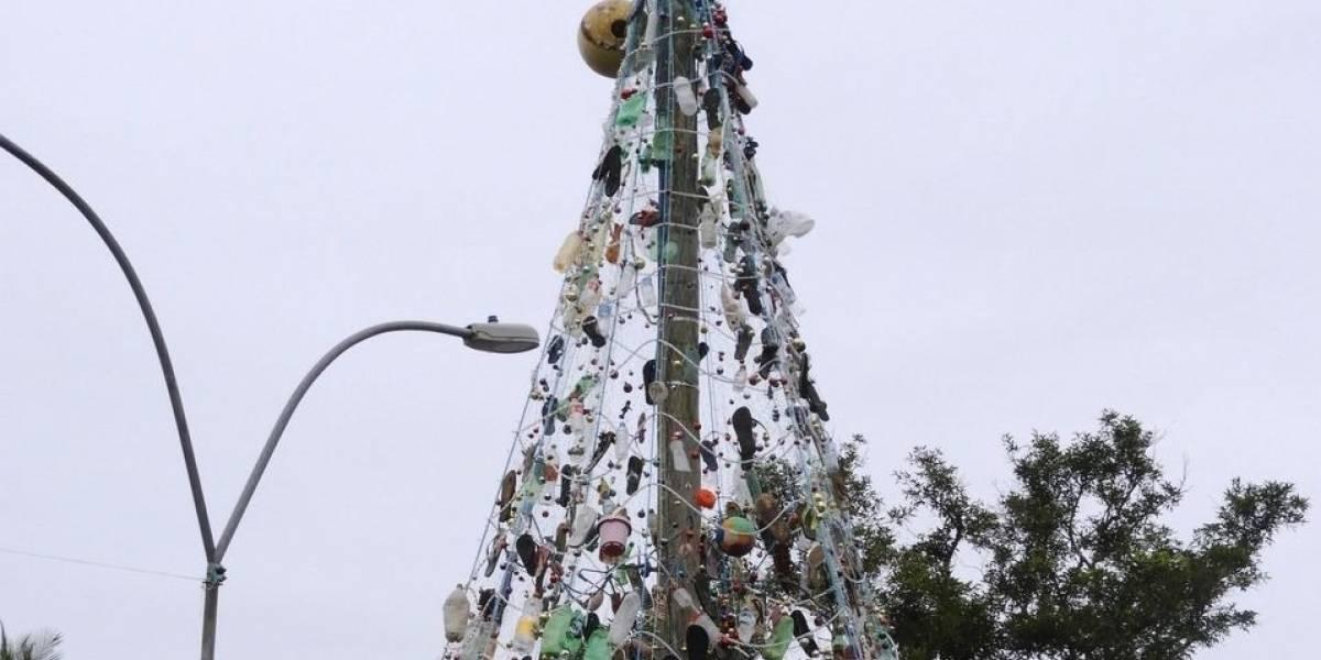 Árvore de Natal de 9 metros, feita de lixo encontrado em praias, 'decora' Ubatuba