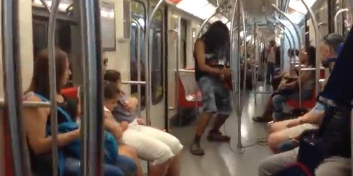 """¡Mueran, insectos! Rockero se luce interpretando el opening de """"Dragon Ball Z"""" en la Línea 1 del Metro"""