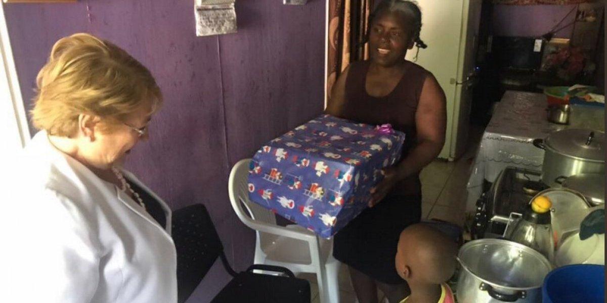 Bachelet ayudó al Viejito Pascuero: llegó a entregarle un regalo a dos niños a los que apadrinó