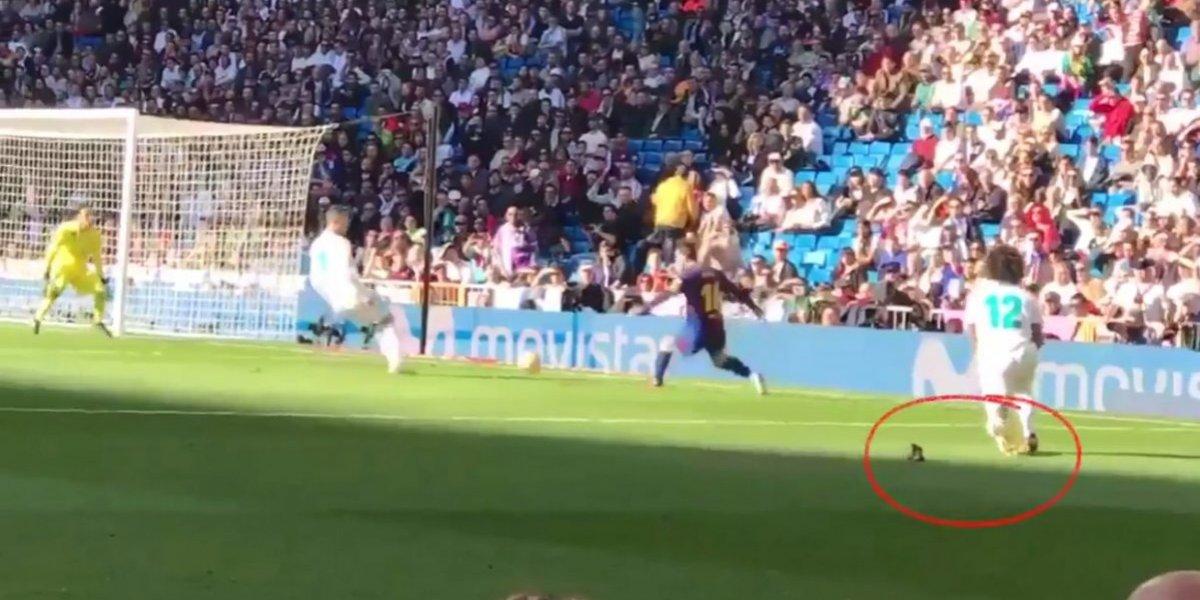 VIDEO: ¡Descalzo! Messi dio el pase de gol sin el botín