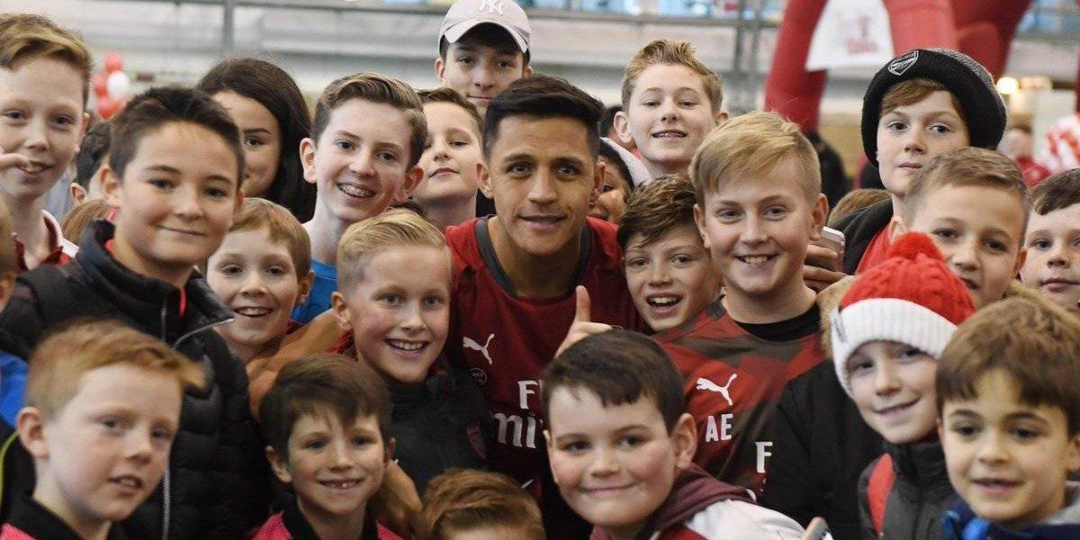 Fue un niño más: Alexis Sánchez festejó la navidad junto a los pequeños fanáticos del Arsenal