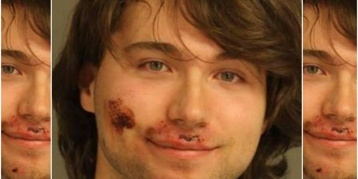 Lo acusan de apuñalar a su madre hasta la muerte y esta es la primera fotografía que se tomó ante la policía: sonriendo y con la cara manchada de sangre