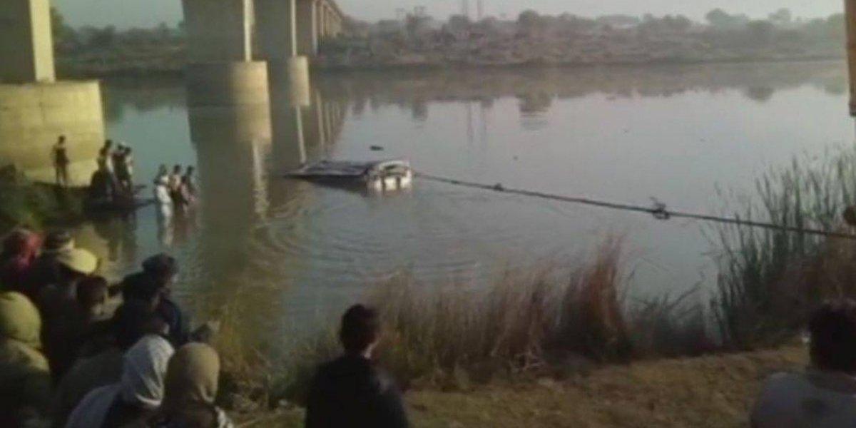 Ônibus despenca de ponte e deixa 33 mortos na Índia