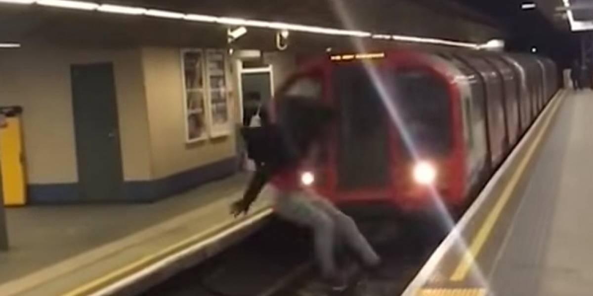 Video: joven hace un 'salto mortal' delante de un metro en marcha