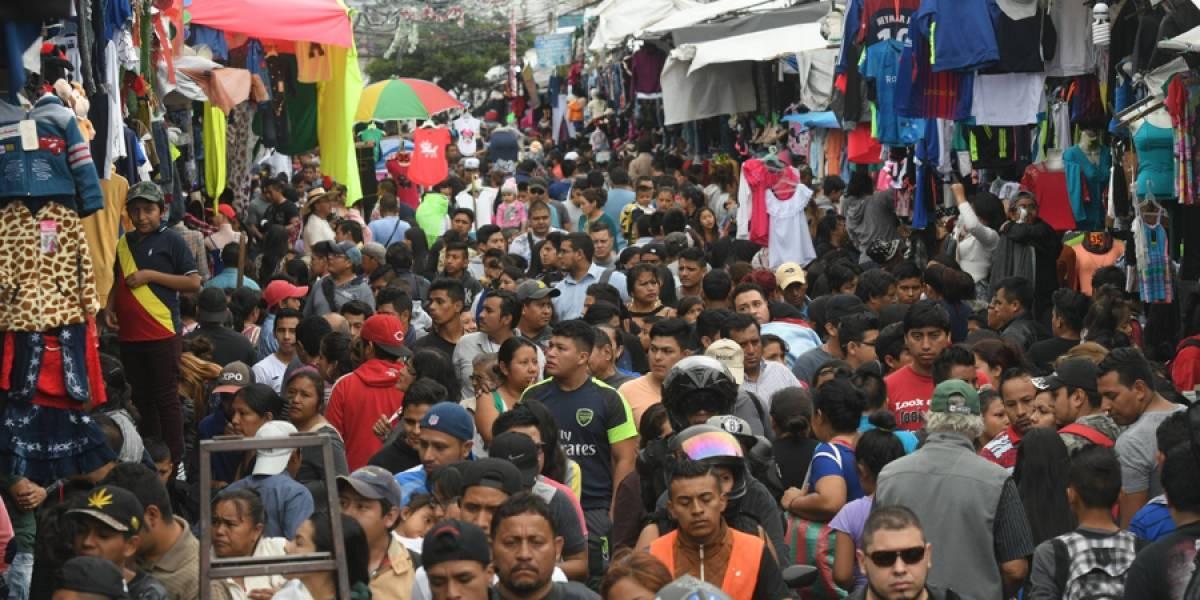 EN IMÁGENES. Guatemaltecos hacen compras de última hora en mercados populares