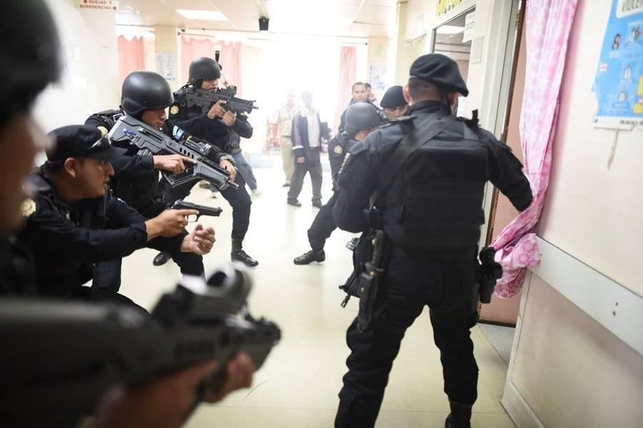 Policía en el hospital Roosevelt