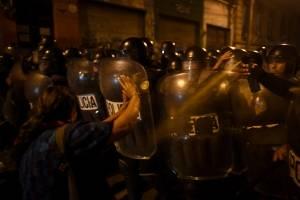 Policía se enfrenta a manifestantes frente al Congreso