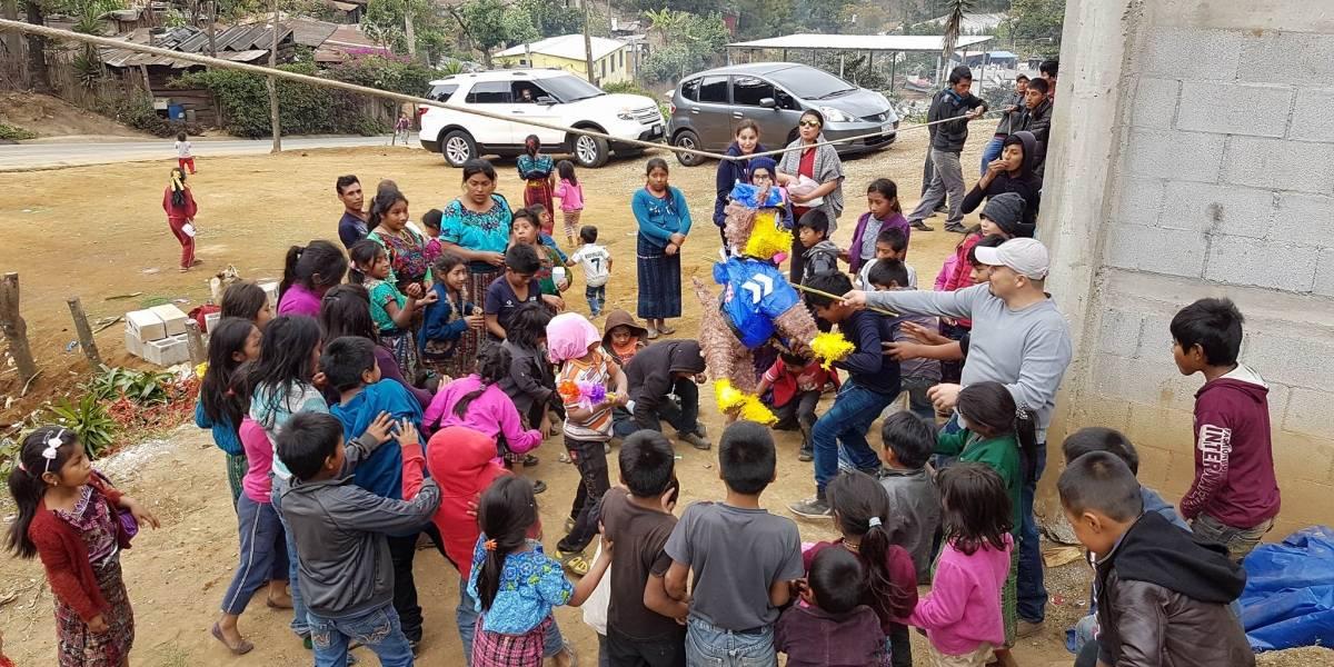 Niños de aldea de Sumpango son agasajados con piñatas y obsequios