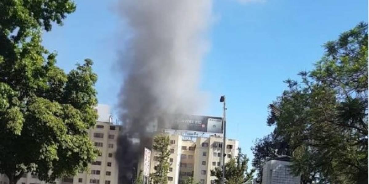 Incendio en Plaza Italia: 10 compañías de bomberos intentan controlar el siniestro