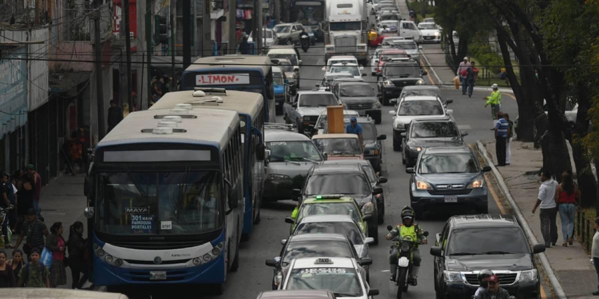 FOTOS. Carga vehicular fuerte a inmediaciones de comercios en la ciudad