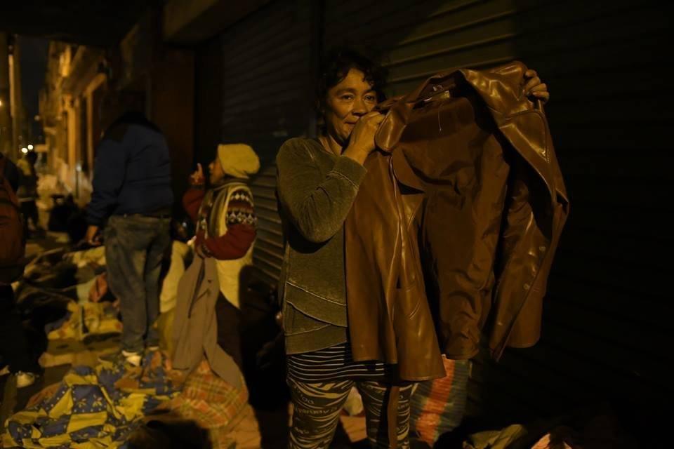 Con mucha emoción, una mujer recibió una chumpa de los jóvenes voluntarios. Foto: Omar Solís